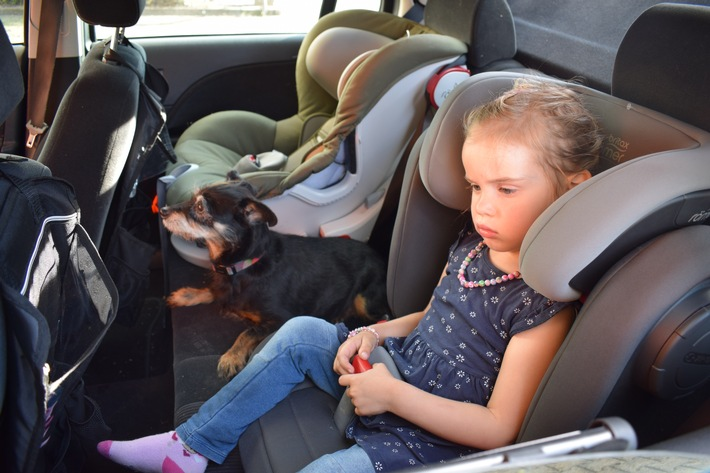 TÜV Rheinland: Kinder und Tiere bei Hitze niemals im Fahrzeug lassen Sonne heizt Fahrzeuginnenräume auf Parkplätzen sehr schnell auf Schon bei milden Temperaturen ist Vorsicht geboten