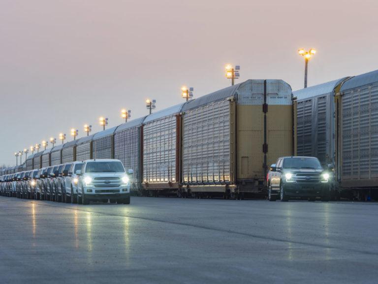Video: Batterie-elektrischer Ford F-150 zieht 10 Eisenbahn-Waggons mit einem Gesamtgewicht von 450 Tonnen