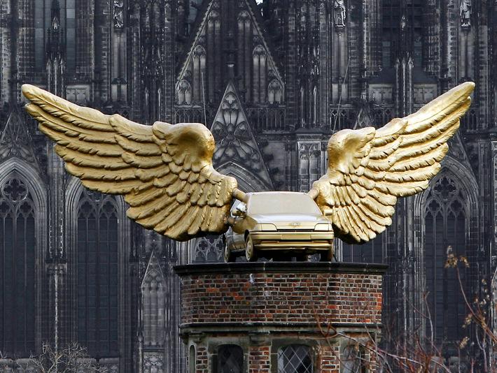 """Beflügelter Ford Fiesta: HA Schults """"Goldener Vogel"""" seit 30 Jahren Kölner Wahrzeichen über den Dächern der Stadt"""